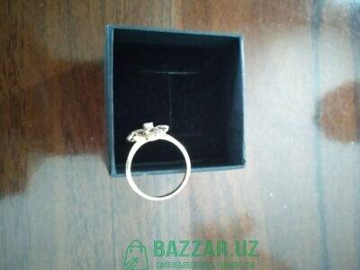 Продам бриллиантовое кольцо с изумрудом