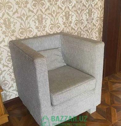 Небольшое серое кресло