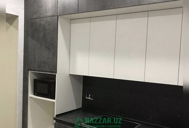 До потолка кухния. Кухонный гарнитур. Кухонная меб